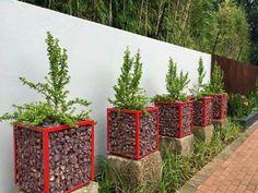 9 Simple Gabion Design Ideas That Dramatically Change Garden Look 9 semplici idee di design per gabb Fence Landscaping, Backyard Fences, Garden Fencing, Garden Planters, Fence Plants, Basket Planters, Garden Bed, Amazing Gardens, Beautiful Gardens