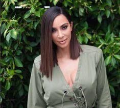 """O blunt cut de Kim Kardashian   A mais nova adepta dos cabelos médios é Kim Kardashian West a socialite apareceu pela primeira vez com o visual mudado dia 31.07 em seu snapchat.Será que Kim deu adeus as madeixas extra longas? Como sabemos Kardashian e Jenner são adeptas a extensões e apliques e perucas . Então vamos curtir o novo blund cut de Kimmy.O hairstylistChris Appleton éo responsável pela mudaça de Kim""""Nossa ideia era fazer um corte reto limpo. O look que a gente criou é super chique…"""