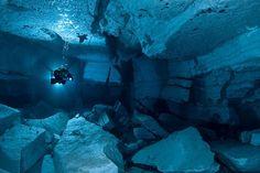 Un scufundator a explorat strafundurile stancoase ale pesterii subacvatice Orda din Rusia. Pestera Orda este o faimoasa atractie pentru scufundatori, pentru ca ofera un peisaj spectaculos format de... Under The Water, Underwater Caves, Underwater World, Underwater Photographer, Underwater Photos, Scuba Diving Magazine, Gypse, Scuba Diving Quotes, Fauna Marina