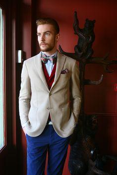 """Pantalon coton lisse bleu marine """"électrique"""", veste 100% coton beige et gilet velours rouge à revers! #WicketSoBritish"""