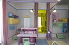 Neste projeto, o arquiteto Diego Revollo partiu da base de cimento queimado nas paredes e no piso e acrescentou muitos tons pastel para criar o quarto para de duas irmãs. Confira!