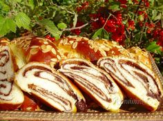 Tieto pletienky z kysnutého cesta dlho vydržia mäkkučké, preto ich zvyknem robiť rovno štyri z jedného kila múky. Dve zjeme čerstvé a dve dám po upečení zamraziť. Czech Recipes, Russian Recipes, Bread And Pastries, Sweet Cakes, Dessert Recipes, Desserts, Catering, Sweet Tooth, French Toast