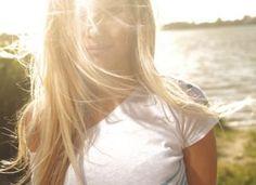 Use sprays e cremes capilares com filtro solar antes de ir à praia, nos fios ainda secos. Reaplique cada vez que sair da água e não dispense chapéus e bonés. Se você não tiver produtos específicos, junte uma pequena quantidade de protetor solar e borrifad