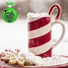 Hot chocolate garnished with a Christmas candy and some star-like cookies. Christmas Placemats, Christmas Mugs, Christmas Candy, Christmas Crafts, Merry Christmas, Christmas Decorations, Holiday Fun, Holiday Ideas, Festive