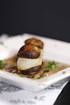 NOIX DE ST-JACQUES AUX SHITAKÉ. Préparation : 15 min Cuisson : 15 min Pour 4 personnes : -8 noix de St-Jacques sans corail -200 g de champignons schitaké -1 échalote -2 cuillères à soupe d'huile d'olive -2 cuillères à soupe de muscat -10 cl de fond de veau -30 cl de crème -Persil -Sel,...