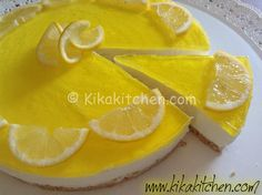 Cheesecake fredda con yogurt al limone, senza cottura in forno. Il suo profumo e la sua delicatezza la rendono un dolce irresistibile.