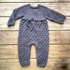 Ravelry: Clover jumpsuit pattern by Pernille Larsen Baby Knitting Patterns, Knitting For Kids, Baby Patterns, Crochet Bebe, Knit Crochet, Baby Overall, Baby Barn, Pull Bebe, Moss Stitch