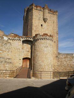 a finales del siglo XV los Duques de Alba construyen sobre las ruinas de un castillo anterior, probablemente templario, este magnífico castillo con su poderosa torre del homenaje. En sus bellas garitas en voladizo puede verse el escudo de armas de la casa de Alba.