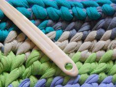 toothbrush rug tutorial - Home Decor Crochet Fabric, Crochet Hooks, Toothbrush Rug, Rag Rug Diy, Patterned Furniture, Braided Rag Rugs, Rag Rug Tutorial, Oval Rugs, Circle Rug