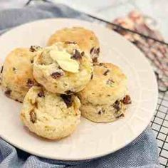 Easy Date Scones. Easy Date Scones - moist fluffy date scones. No need to rub the butter into the flour just a quick mix and they're done! Date Recipes, Brunch Recipes, Dessert Recipes, Scone Recipes, Dessert Ideas, Easy Desserts, Bread Recipes, Sweet Recipes, Date Slice