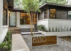 mediterranean homes exterior modern Home Exterior Makeover, Exterior Remodel, Modern Exterior, Exterior Design, Door Design, Exterior Tradicional, Moderne Outfits, Mid Century Exterior, Dallas