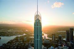 Entre los edificios más altas del mundo se encuentra el Q1 (Queensland 1) y domina la playa más famosa de Australia en Surfers Paradise. Construida en el año 2005, el edificio mide 322 metros sumada la aguja de 97 metros. El ascensor lleva a los visitantes en 43 segundos a los miradores de las plantas 77 y 78, justo en la base de la aguja, con vistas hasta Brisbane y la Byron Bay.