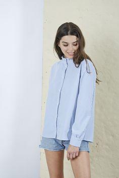 Lola a un sens inné du style. Chemise pointue avec son col victorien, mais  chemise basique grâce à sa coupe ajustée en haut, plus loose… 1502837153b