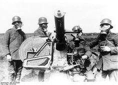 The face of modern warfare, German heavy machine gun crew, 1918 (Bundesarchiv)