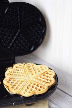 Torte-llini: Topfenwaffeln - Das beste Waffelrezept Torte-llini: Sponge waffles - The best waffle re Best Waffle Recipe, Best Pancake Recipe, Waffle Recipes, Baking Recipes, Tasty Bakery, Cream Tea, Xmas Food, Pancakes And Waffles, Waffle Iron