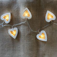 Guirnalda decorativa LED en forma de corazones. Muy bonita y decorativa. Puedes ponerla donde quieras. Funciona con 3xAAA (pilas incluidas). Longitud: 1,2 metros.