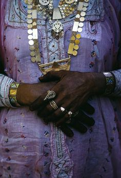 Dubai, UAE 1970 Eve Arnold - Distinguished Women wears her personal wealth of gold on her, almost in an Indian tradition. Dubai is positioned as a trade cross- road between Africa, Arabia and Persia and W. Arabian Women, Arabian Beauty, Vanitas, Arabesque, Fotojournalismus, Berber, Glamour, Magnum Photos, Costume