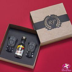 A @rosa_pittanga inovou de novo com essa caixa de PRESENTE DE PADRINHOS!! É um kit duplo de copos de dose com mini cachaça em caixa kraft e personalizado com o monograma do seu casamento.  Orçamento  http://ift.tt/2e5MCrt contato@rosapittanga.com.br ou no instagram @rosa_pittanga Eles entregam em todo Brasil!