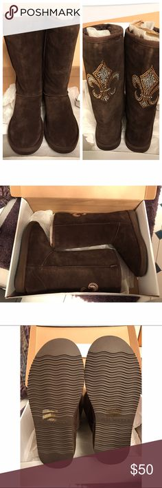 NWT Brown Steve Madden Suede Boots with design. New with tags & comes in original box. Brown suede boots lined with soft fur inside. Has beautiful jeweled Fleur-De-Lis copper and silver design on the back of both boots. Never worn! Super cozy & comfortable! Women's size 8. Not interested in trades! Steve Madden Shoes Winter & Rain Boots