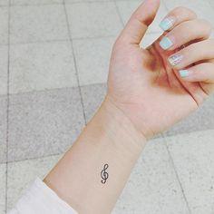 Music tattoo on my wrist Musiktattoo an meinem Handgelenk The post Musiktattoo an meinem Handgelenk & Tattoo appeared first on Small tattoos . Small Music Tattoos, Cute Tattoos On Wrist, Music Tattoo Designs, Tattoos For Guys, Tattoos For Women, Cool Tattoos, Tatoos, Tattoo Music, Tattoo Small