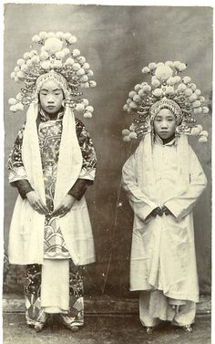 Chine, Beijing Opera Vintage print - 1890 (notice the bound feet)