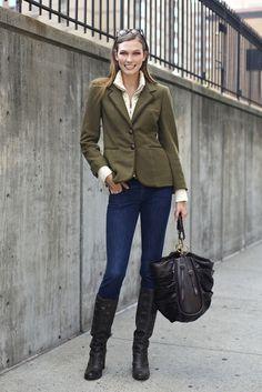 Model Karlie Kloss in einem tollen Herbstoutfit mit schlichten schwarzen Stiefeln. Ähnliche gibt es bei Clarks: http://www.clarks.de/c/damen-stiefel-und-stiefeletten