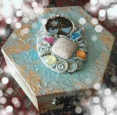 ๑ஐ๑Enchanted Fairy jewelry box๑ஐ๑ Portagioielli in legno dipinto in oro e turchese , decorato con uno splendido cammeo in pasta polimerica con un albero della vita e pietra li luna centrale
