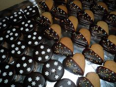Milované medovníkové srdiečka omočené v čokoláde. Plus sme tentokrát vykrojili aj kolieska. Skvelý recept, rokmi overený a deťmi milovaný. Ak ešte stíhate, určite vyskúšajte. Ale tieto srdiečka nie sú len vianočné, piecť ich môžete aj počas roka. Na Medovníkové srdiečka budeme potrebovať: 600 gramov hladkej múky 300 gramov cukru 3 PL medu 150 gramov masla Blueberry, December, Fruit, Food, Meal, The Fruit, Essen, Hoods, Blueberries