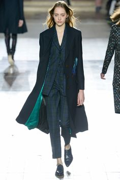 I've seen this emerald/teal blend on a lot of the runways for.next season. Beautiful!>>>See the complete Paul Smith Fall 2017 Menswear collection.