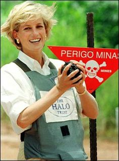 January Diana, Princess of Wales tours a minefield dressed in a flak jacket and face shield in Huambo, central Angola. The Princess was visiting Angola for the Red Cross, to see for herself the carnage mines can cause. Princess Diana Biography, Princess Diana Photos, Princess Videos, Tilda Swinton, Princesa Diana, Brigitte Bardot, Funeral, Kate Middleton, Halo
