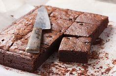 Ingrédients: 60 g de farine 125 g de beurre 250 g de chocolat noir 125 de sucre 2 œufs Préparation: -Faire fondre le chocolat au bain-marie avec le beurre fondu .fouetter les œufs avec le sucre -Ajouter le chocolat et le beurre fondu à cette préparation ainsi que le farine et mélanger le tout pour …