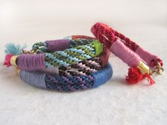 Raffia bracelets and colored thread.  Great gift idea! Even if you don't use Google translate for this tutorial, you can still see how to make them just with the photos.