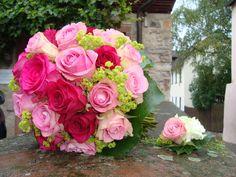 Brautstrauss in rosé-pink mit Frauenmantel und passender Bräutigamanstecker
