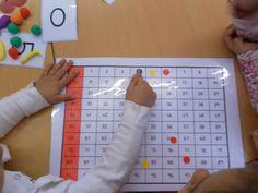 Educación Infantil: MATEMÁTICAS DIVERTIDAS. 4 años A. Seño Lola . Busca número que dice la seño y pones ficha también en el anterior y posterior