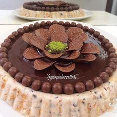 Size bir sır vereyim mi ? Bu tatlı mutluluk hormonunuzu tavan yaptıracak 😍 benden söylemesi 😄 Tarif için 👉 @zeynepinlezzetleri ~~~ Soğuk Pasta ~~~ 1,5 su bardağı süt 1 poşet toz kremşanti 2 paket petibör bisküvi 2 yemek kaşığı damla çikolata 1 tane portakal kabuğu rendesi 1 paket vanilya Üzeri için :  Çikolata sos Tarif için 👉 @zeynepinlezzetleri Süt ve kremşantiyi çırpıyoruz.. Üzerine ufaladığımız bisküviyi damla çikolatayı vanilya ve portakal kabuğu rendesini ilave edip…