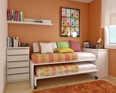 Cuarto infantil naranja con cama nido