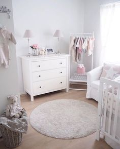 I like the open hanging solution Baby Nursery Decor, Baby Bedroom, Baby Boy Rooms, Baby Decor, Kids Bedroom, Girl Nursery, Casa Kids, Baby Room Design, Girl Room