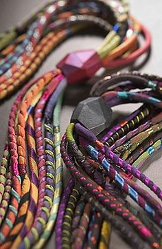 Fabric and fiber necklaces are a fantastic way to add color and interest to your outfits! @leslie9398... Savannah could make these!