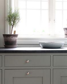 Via Sven Snickare Shaker Kitchen, Kitchen Pantry, Kitchen Dining, Kitchen Decor, Kitchen Ideas, Interior Design Sketches, Interior Design Business, Black Kitchens, Home Kitchens
