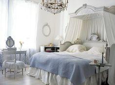 Fin 1700-tals säng. Underbar inspirationsbild men just denna säng är antik och i privat ägo. Vi har andra sängar och sängavlar i samma stil.