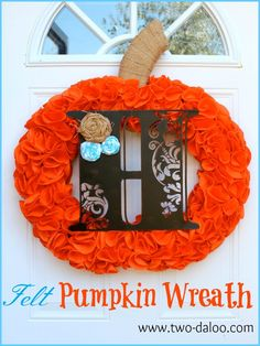 Follow the tutorial to make this charming felt pumpkin wreath- post also includes several variations, including a Christmas version!