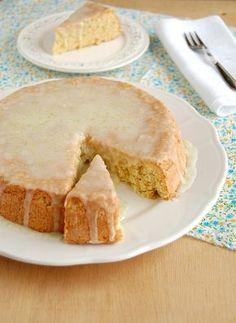 Bolo de macadâmia, limão e coco (sem manteiga nem óleo) // Coconut, lime and macadamia cake without butter -- Recipe in English: http://technicolorkitcheninenglish.blogspot.com.br/2011/10/coconut-and-lime-macadamia-cake.html