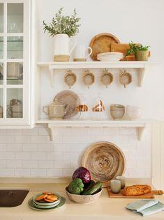 00474670. Detalle de antepecho de cocina con dos estantes de madera blanca con ganchos para tazas 00474670
