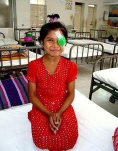 Shahinur è stata operata di cataratta all'occhio destro, adesso ci vede e può tornare a scuola con i suoi compagni