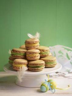 Macarons eller makroner på svenska i vårens färger förgyller det dukade påskbordet