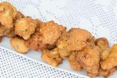 Son unas croquetas elaboradas con bacalao remojado, patatas, huevos, cebolla, perejil, nuez moscada,... - gitanna/123RF