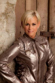lori morgan haircuts for women - Yahoo Search Results Country Female Singers, Country Music Artists, Country Music Stars, Short Sassy Haircuts, Short Bob Hairstyles, Beautiful Old Woman, Pretty Woman, Gorgeous Guys, Lorrie Morgan