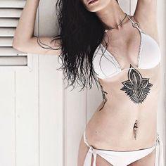 underboobs tattooo, ornamental tattoo, black and white tattoo, mandala tattoo, tatuaggio costato, girl with tattoos, tatuaggio mandala , tatuaggio ornamentale, lotus flower tattooo, fiore di loto mandala, tattoo by Edwin Basha