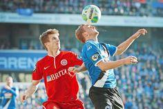Am Ende reichte es für Arminia nur zu einem 1:1. Im Bild Thomas Geyer (links) gegen Christoph Hemlein.