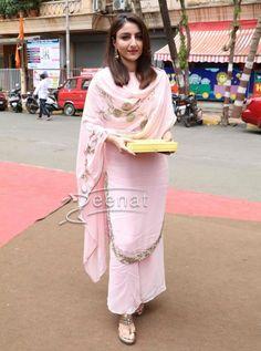 Soha Ali Khan in Pink Salwar Kameez Party Wear Indian Dresses, Indian Wedding Outfits, Pakistani Dresses, Indian Outfits, Kurta Designs Women, Blouse Designs, Indian Attire, Indian Wear, Salwar Kameez